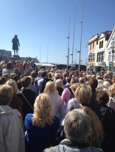 Første stoppested på den første byvandringen i Nattmannens fotspor var ved Holbergstatuen. (Foto: Kim Høvig Ruus)