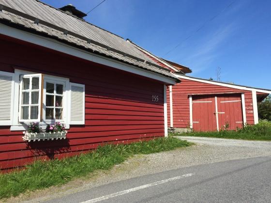 Det lille huset i veikrysset mellom Grimstadveien og Stamsneset er fra 1600-tallet. (Foto: May Lis Ruus)