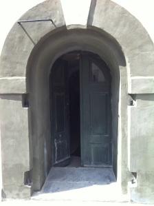 Den sørlige inngangen til fangekjelleren (Foto: May Lis Ruus 2012)