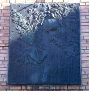 Minneplate på baksiden av Holberg-hotellet