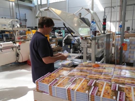 Bøker har ankommet lager, giroer er printet, og pakkingen av bøker kan starte.