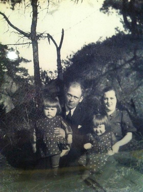 Familien etter begravelsen, påsken 1938. Min tante Ellinor, morfar Trygve, tankte Ruth og mormor Kristofa. (Privat bilde)