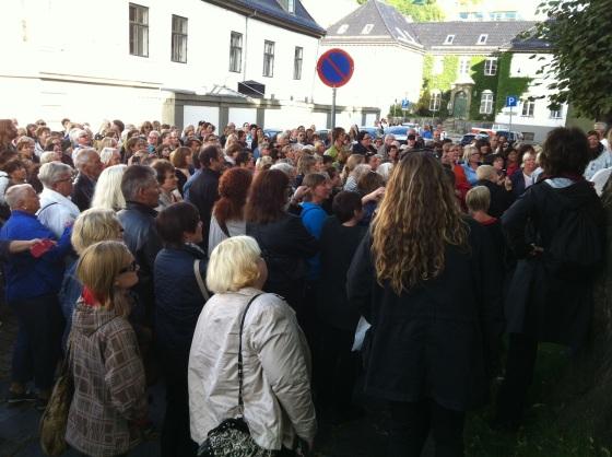 Over 400 mennesker kom på byvandringen i nattmannens fotspor (Foto: May Lis Ruus)