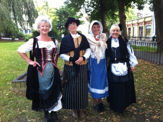 Fire venninner hadde kledd seg ut som Magdelone, husmor Halland, matmor Klara og forstanderfru Galle (Foto: May Lis Ruus)
