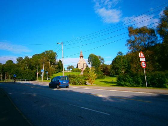 Hovedveien med Fana kirke i bakkant (Foto: Ingunn Lausund)