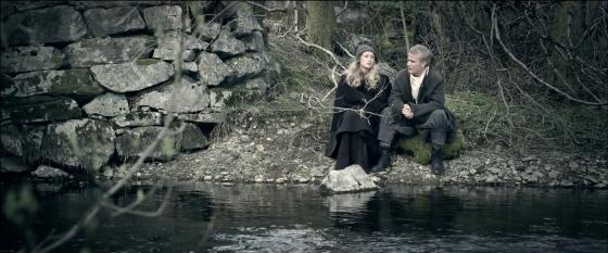 Lucie (Julie Rusti) og Lars (Kim Kvamme) ved Hamrevannet, som her forestiller strømmen mellom Lille- og Store Lungegårdsvann. (Foto: Bjørneby Productions/Torgeir Haugaard)