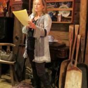 May Lis Ruus leser høyt fra bok 13. (Foto: Lisbeth K Fjelde)