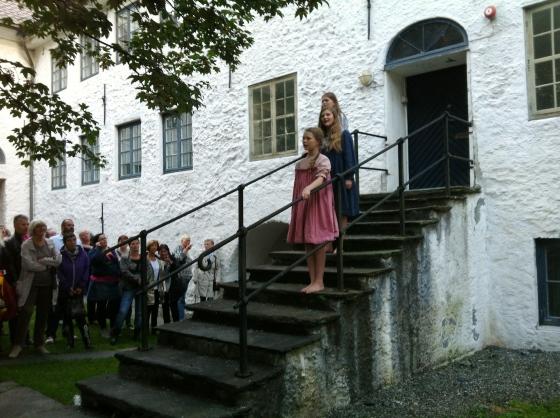 """Barnelemmene synger """"Sorrig og glede"""" på byvandring 3 (Foto: MLR)"""