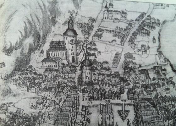 Ca. 1730. Domkirken (nr. 6) med latinskolen i forkant. Manufakturhuset er merket med nr. 34. (Ukjent kunstner. Kilde: Fortellingen om Bergen, Willy Dahl, Eide 2000)