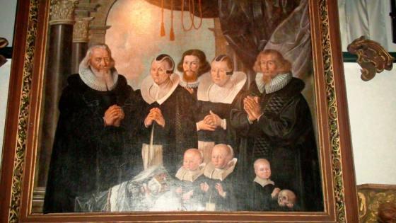 Epitafium/minnetavle, Sogn 1672. På Bergen museum, lokalhistoriske samlinger. Et av barna er dødt, muligens også det andre med hodeskallen i hendene. (Foto: MLR)