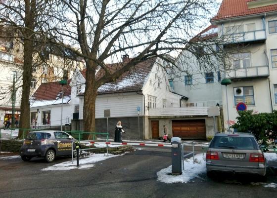 Ole Salmakers hus og Forstanderboligen fra Manufakturhuset (Foto: MLR)