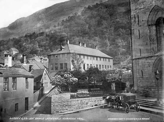 Latinskolen i 1870-årene (Foto: Knud Knudsen, UBB-KK-M-029)