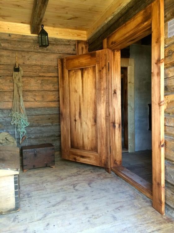 Gangen i Nattmannshuset. Døren går inn til oppholdsrommet.