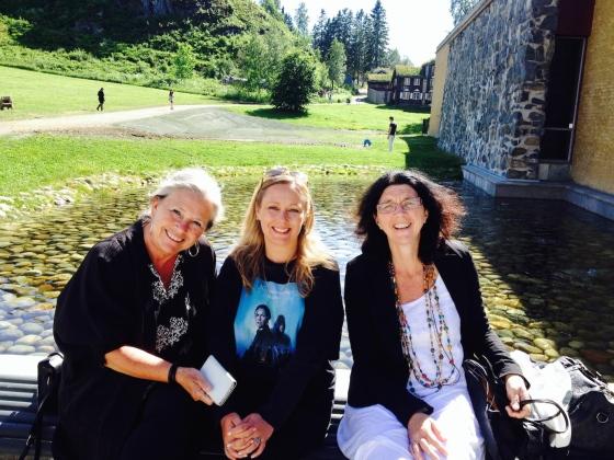 Torunn Herje, direktør ved Sverresborg Trøndelag Museum, May Lis Ruus, forfatter av Nattmannens datter, og Sølvi Lindset Barber, forfatter av fortellingen om nattmannen som blir fortalt i Nattmannshuset.