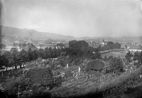 St. Jacobs kirkegård ca. 1865-1880 (Foto: Knud Knudsen. Kilde: UBB-KK-1318-3521)