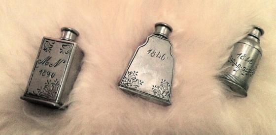 Disse små flaskene kjøpte jeg i gave til min far i en antikvitetsbutikk i Oslo for mange år siden. Jeg har trodd det var luktevannsflasker, men det kan være snusflasker, selv om de er ganske små.