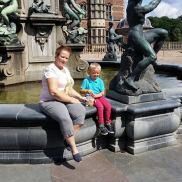 Utenfor Frederiksberg slott, Danmark med familien Antonesen