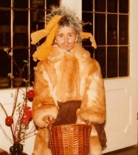Med hånddukken Animal fra The Muppet show på hodet.