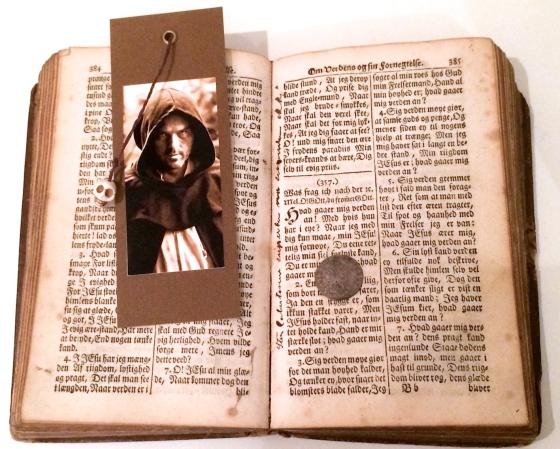 En av mine andre skatter, Pontoppidans salmebok fra 1740 og mynten fra 1701.