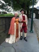 Herr Hugo og fru May Lis på vei til slottsball på Bergenhus festning