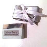 Innpakket i sølvfarget papir og silkebånd