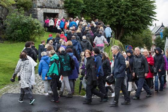 Publikum på vei inn til Fredriksberg fort. (Foto: VKS)
