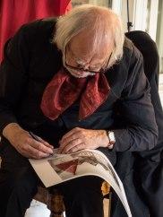 Oddvar Torsheim signerte trykk og bøker. (Foto: Vibeke K Seldal)