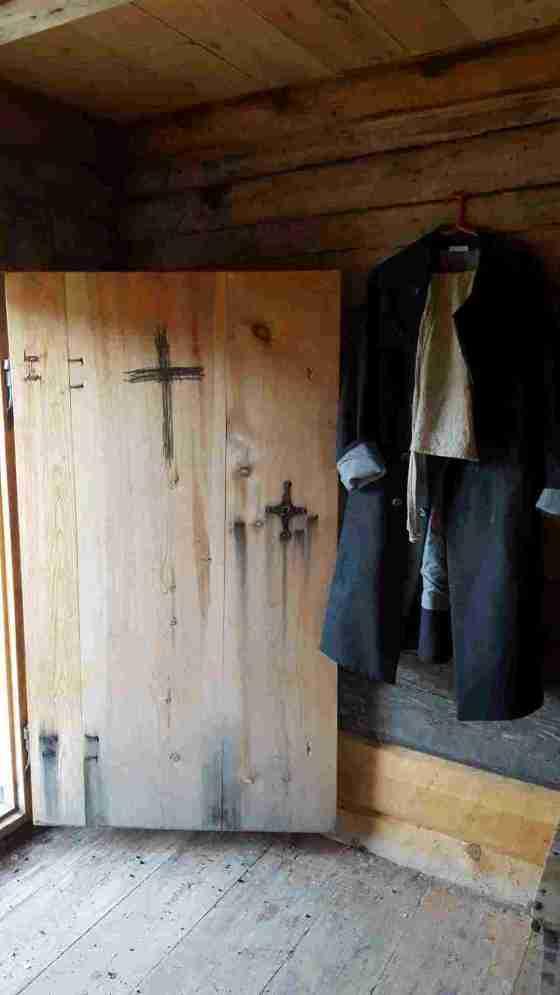 Nattmannens dør har fått et kors tegnet med sot for å holde unna onde makter.