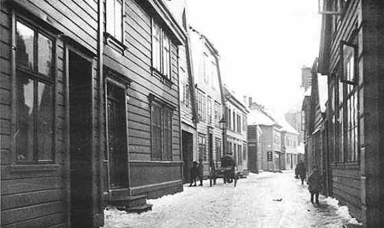 Vestindien er huset nærmest vognen. (Kilde: Digitalarkivet, Bergensposten: http://digitalarkivet.no/sab/bergensposten2/piker.htm)