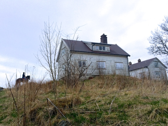 To gårdshus fra henholdsvis 1800-tallet og ca. 1920-tallet. (Foto: May Lis Ruus)