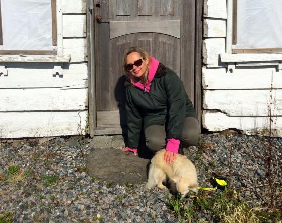 Meg og Ricardo på den kongelige dørhellen. (Foto: privat)
