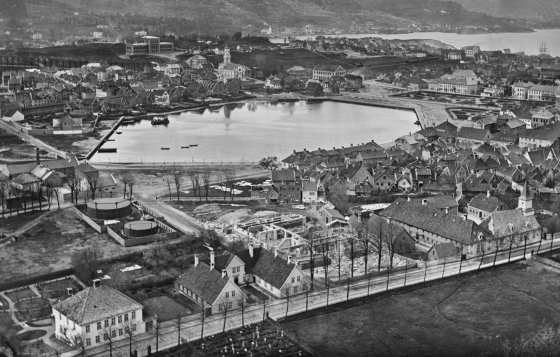 Zander Kaaes Stiftelse og Lille Lungegårdsvann ca. 1875-1882. (Foto: Knud Knudsen / ubb-kk-2127-0075)