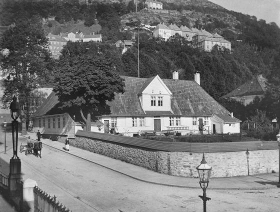 Zander Kaaes-huset mellom 1918 og 1924 (Foto: Olai Schumann Olsen. Universitetsbiblioteket, ubb-so-0255)